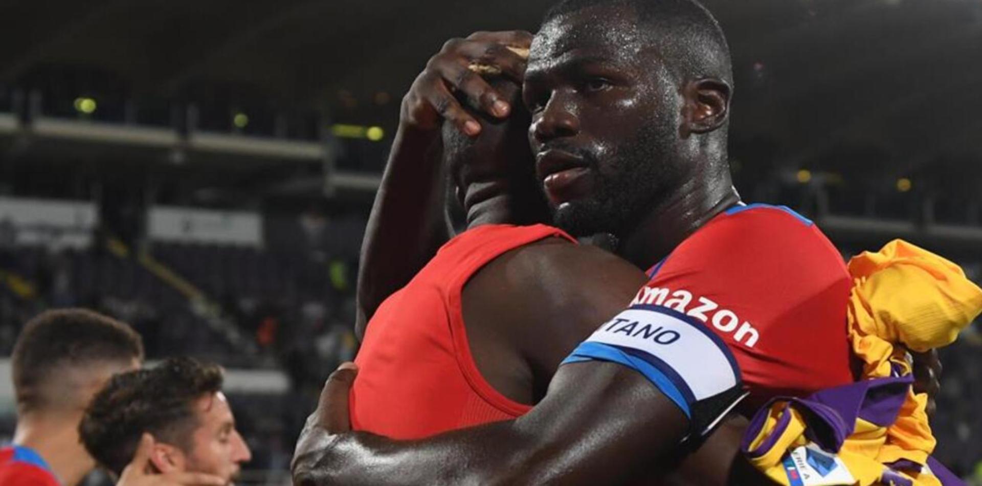 Koulibaly abbraccia un compagno di squadra